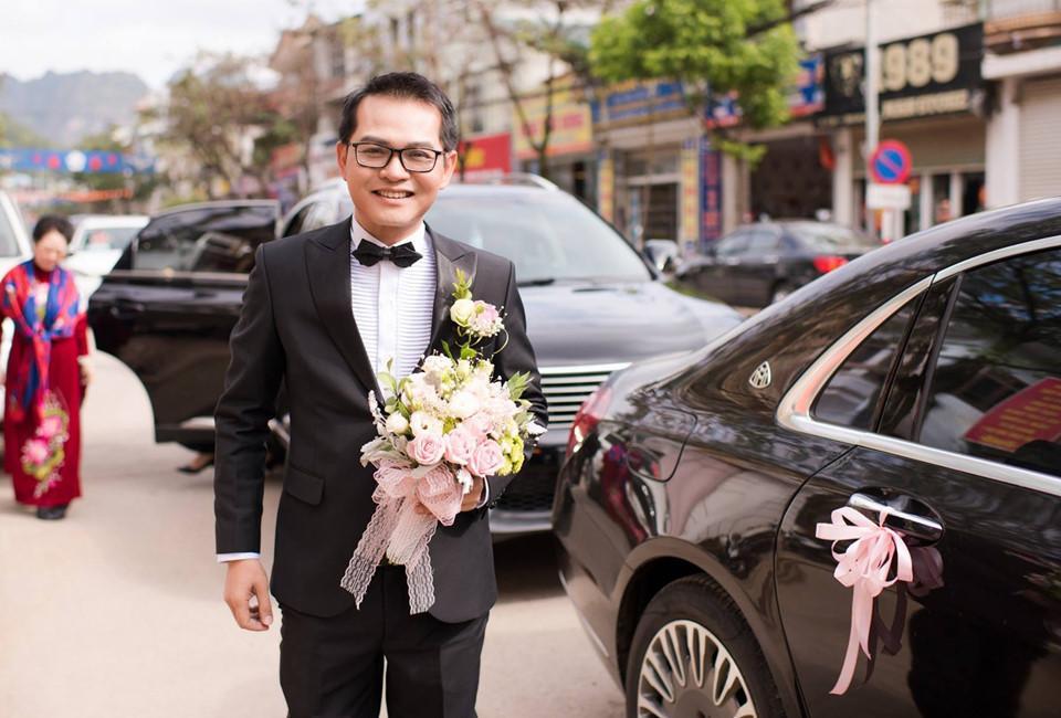 Hôm 18/1, lễ cưới NSND Trung Hiếu và cô dâu Thu Hà được tổ chức tại Sơn La, quê của cô dâu. Ở tuổi 46, Trung Hiếu cho biết anh không giấu sự hồi hộp trong ngày trọng đại. Sau lễ rước dâu theo nghi thức truyền thống, cô dâu và chú rể tổ chức tiệc mừng đãi tiệc bạn bè ở khách sạn.
