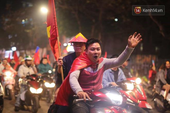 Không ai có thể giấu được sự tự hào, niềm vui khi ĐT nước nhà trở thành 1 trong 8 đội bóng mạnh nhất châu Á. Ảnh: Việt Anh.
