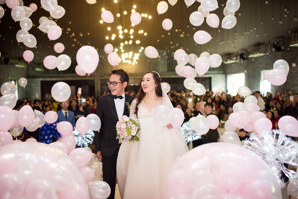 Trong hôn lễ, cô dâu mặc váy cưới cổ điển với tay ren dài ôm khít trên nền ren thêu 3D. Thu Hà sinh năm 1992, kém chồng 19 tuổi và đang làm việc trong ngành ngân hàng. Trước đây, cô từng là diễn viên múa. Trung Hiếu và Thu Hà chưa bao giờ chia sẻ chuyện tình cảm. Hồi cuối năm 2018, nam diễn viên bất ngờ thừa nhận sắp kết hôn.