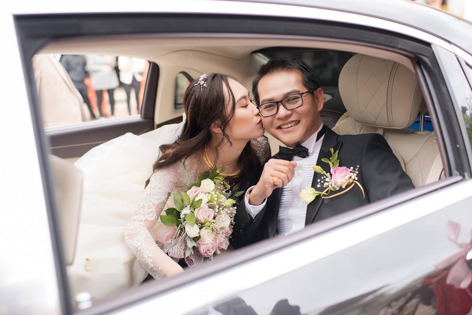 Thu Hà âu yếm hôn chồng trước ống kính. NSND Trung Hiếu hài hước tiết lộ ít khi hôn vợ. Thay vào đó, anh thường được vợ hôn.
