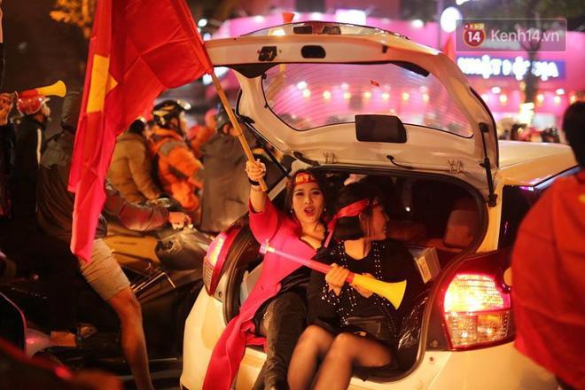 Muôn kiểu ăn mừng của CĐV tại Hà Nội. Ảnh: Việt Anh.