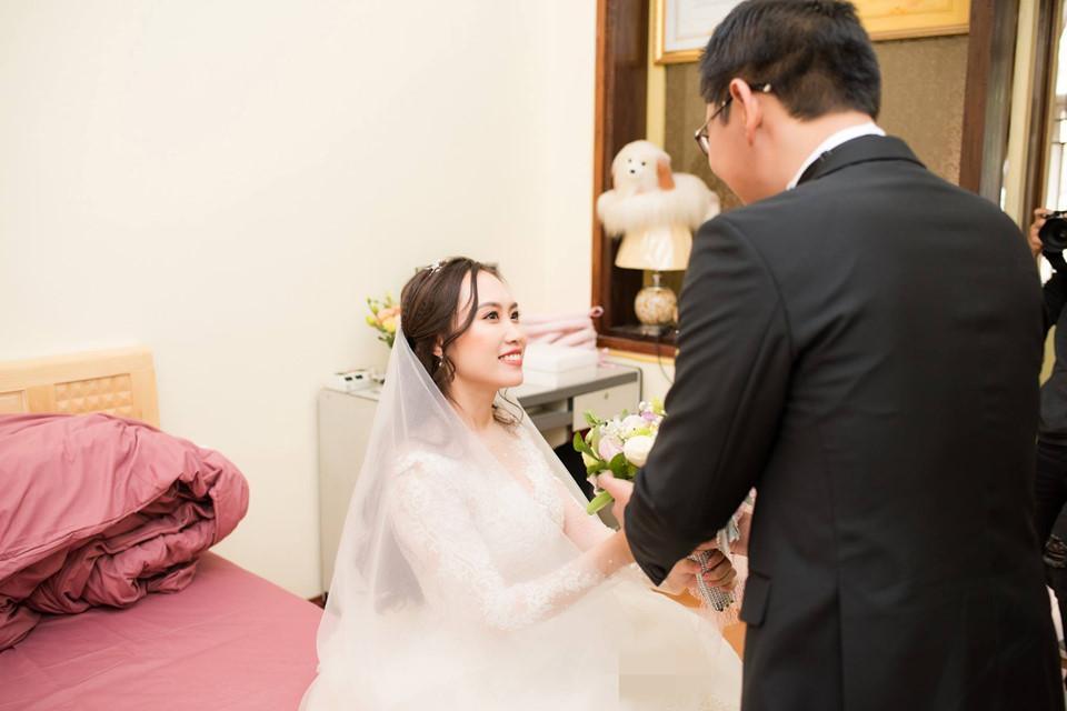 Khoảnh khắc chú rể đón cô dâu lên xe hoa. Trung Hiếu và Thu Hà quen nhau sau một lần hợp tác chung. Họ hẹn hò khoảng 4 năm trước khi quyết định tiến đến hôn nhân.