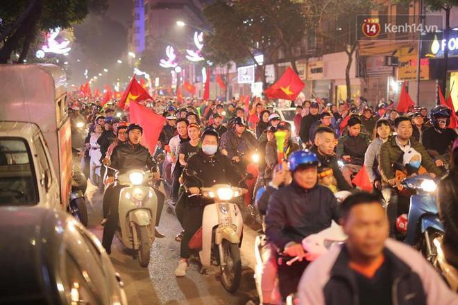Dòng người đổ về trung tâm thủ đô ăn mừng mỗi lúc một đông. Ảnh: Việt Anh.