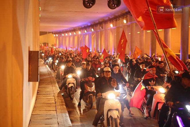 Hầm Kim Liên đông đúc dù đã khá muộn - Ảnh: Việt Anh