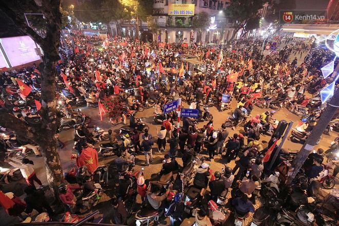Nhiều con đường gần Hồ Gươm đang tắc nghẽn - Ảnh: Hoàng Việt