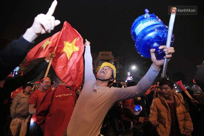 Hàng ngàn CĐV đang ăn mừng chiến thắng vô cùng cuồng nhiệt - Ảnh: Hoàng Việt