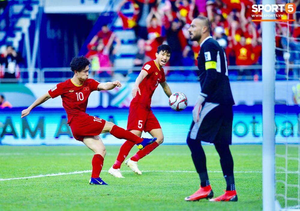 Phút 51, Công Phượng đã có một pha chọn vị trí và dứt điểm vô cùng nhạy cảm đem về bàn thắng cho tuyển Việt Nam. Ảnh: Hiếu Lương