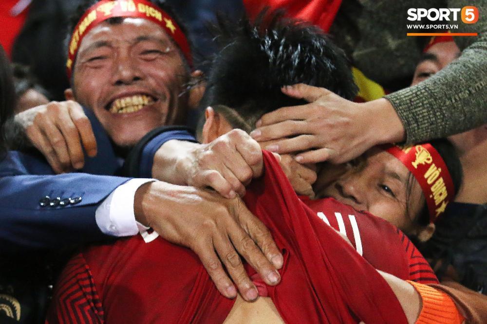 Văn Hậu bị lột áo, sợ phát khóc trong vòng tay mẹ. Ảnh: Giang Nguyễn.