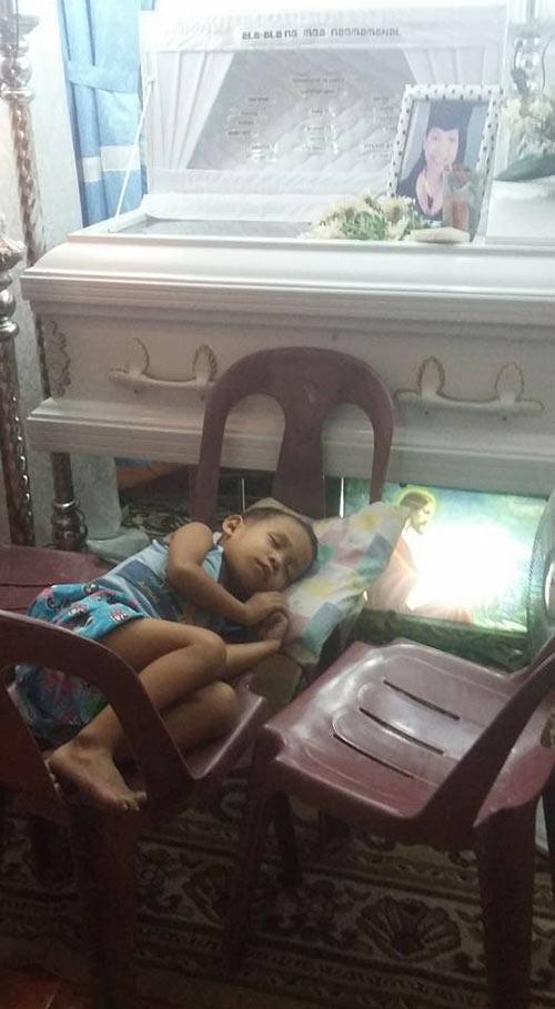 Hình ảnh cậu bé bơ vơ xếp ghế lại thành giường để ngủ bên cạnh mẹ khiến ngay cả những trái tim cứng rắn nhất cũng phải tan vỡ.