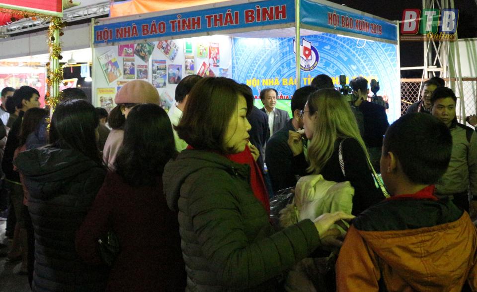 Đông đảo các tầng lớp nhân dân tới dự hội chợ và tham quan gian trưng bày báo Xuân 2019 của Hội Nhà báo Thái Bình. Ảnh: Thanh Thưởng