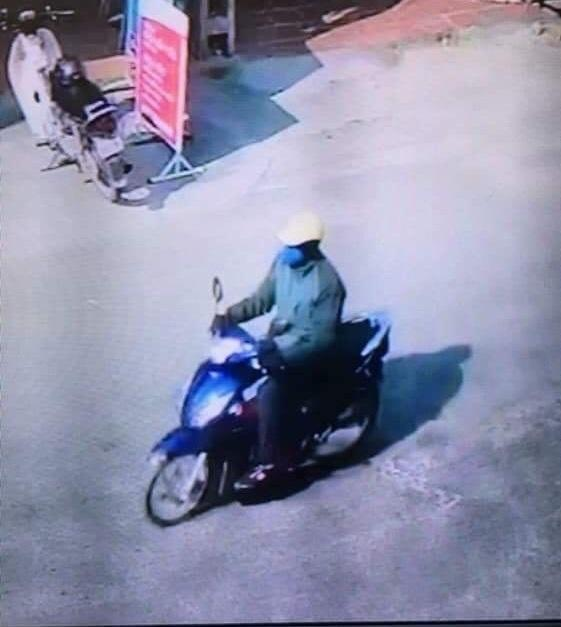 Hình ảnh đối tượng Lê Văn Cẩn bỏ trốn sau khi thực hiện hành vi cướp ngân hàng được camera ghi lại.