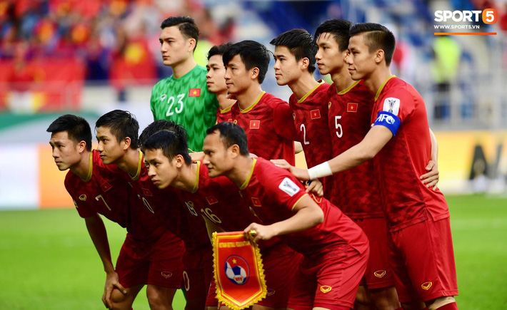 Các cầu thủ Việt Nam làm thủ tục trước trận đấu với Nhật Bản.