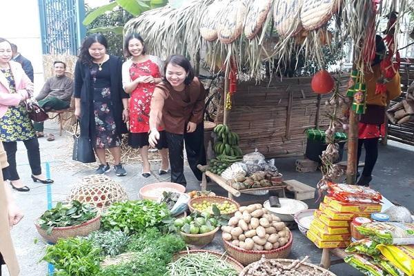 Tại đây, khách tham quan còn được hòa mình vào không gian hoài niệm về những phiên chợ Tết cổ truyền của dân tộc