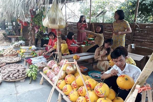 Thưởng thức các món ăn dân dã, uống nước chè xanh và mua sắm các loại rau, quả, bánh, đồ khô...