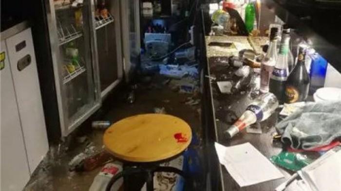 Ức chế vì cận Tết lại bị cha mẹ giục lấy vợ, chủ quán bar đập nát cả quán. Ảnh: weibo
