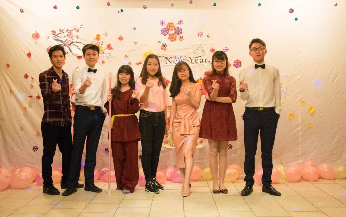 Mạnh Hiếu và bạn bè trong tiệc đón năm mới 2018 vừa qua