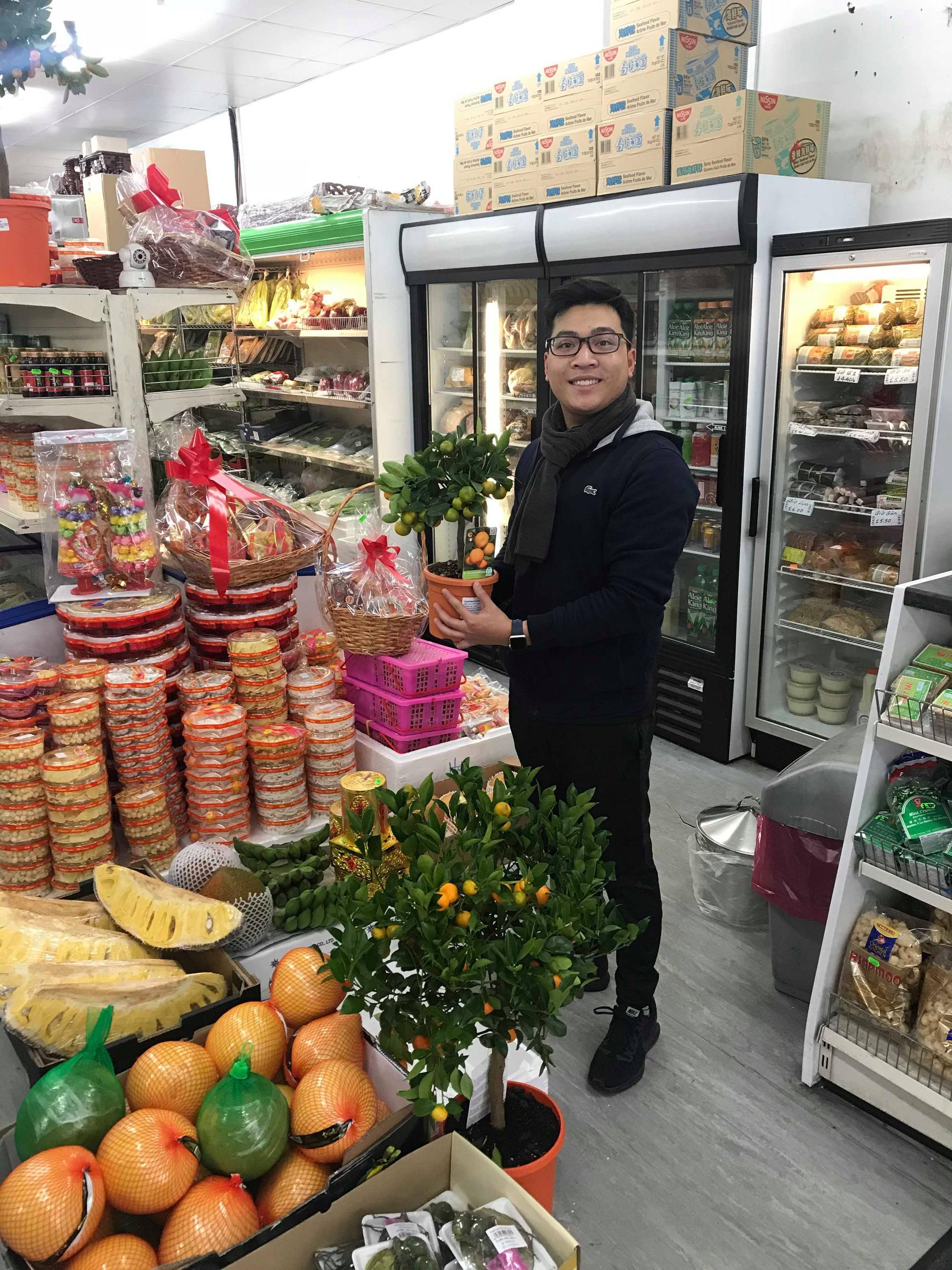 Xuân Anh tranh thủ đi sắm Tết sớm ở chợ Việt vì ngày 30, mồng 1 Tết phải lên trường