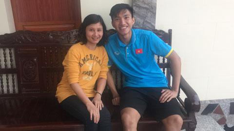 Phóng viên báo Bóng đá gặp gỡ và phỏng vấn Văn Hậu trong buổi chiều 30 Tết