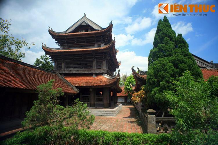 Phía sau khu thờ Thánh là gác chuông. Đây chính là công trình kiến trúc đặc sắc nhất của chùa Keo Thái Bình.