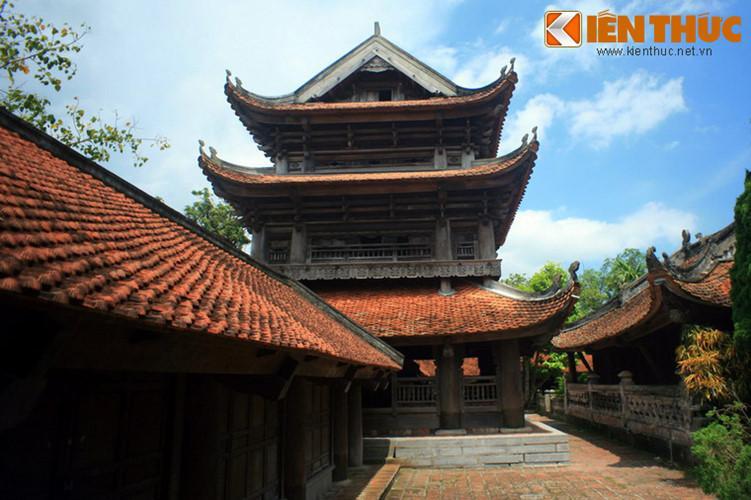 Gác chuông được dựng trên một nền gạch xây vuông vắn, cao 11,04 m, có 3 tầng mái, kết cấu bằng những con sơn chồng lên nhau.