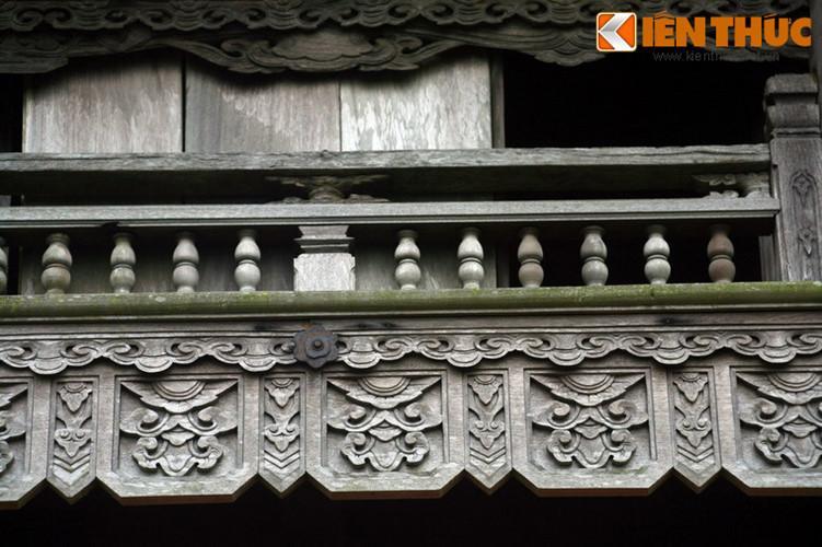 Cận cảnh các chi tiết kiến trúc bằng gỗ trên tháp chuông.