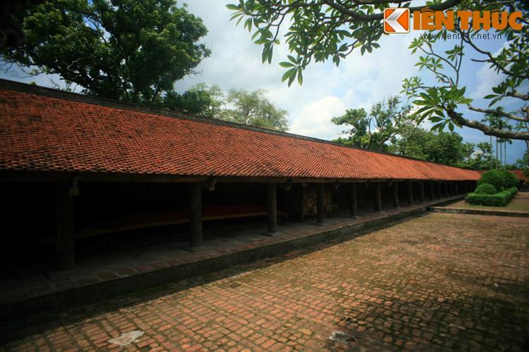 Bao quanh chùa là hai dãy hành lang chạy dài từ chùa Hộ nối với nhà tổ và nhà trai sát gác chuông.