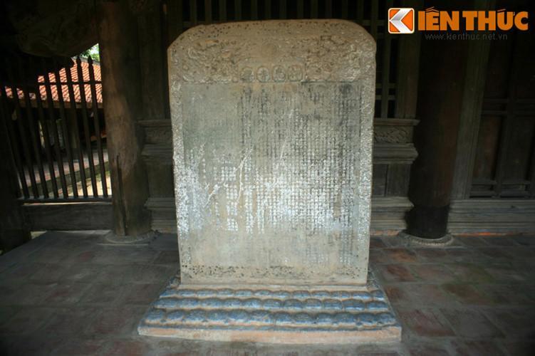 Bia đá cổ trong chùa.