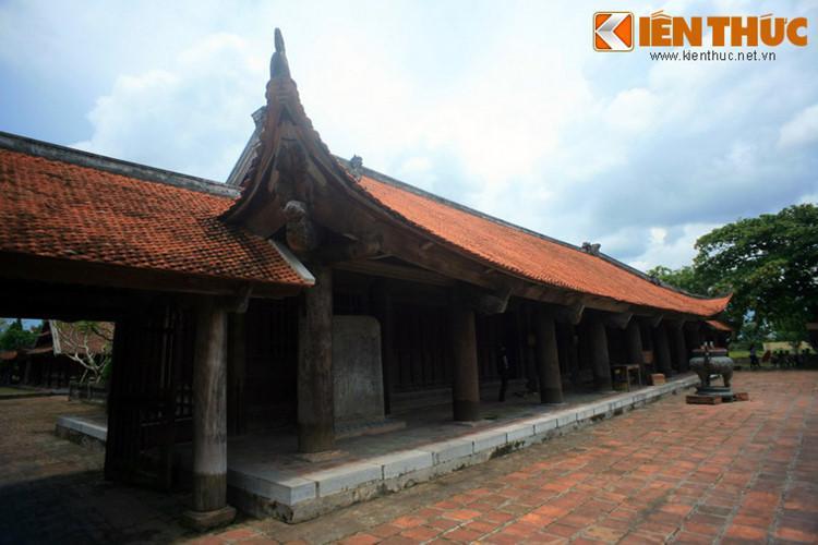 Từ ngoài vào trong, chùa gồm một sân lát đá, tam quan ngoại, hồ sen, tam quan nội...