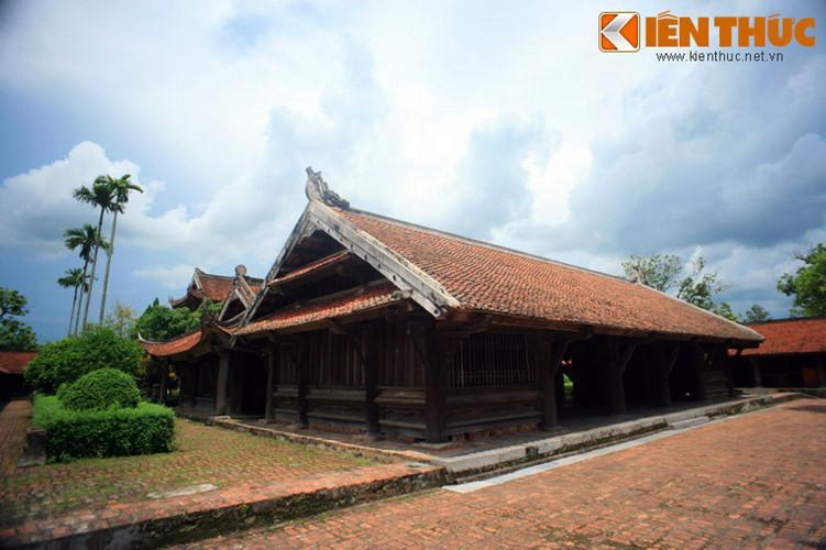 Sau tam quan nội là khu điện thờ Phật, gồm ba khu nhà nối vào nhau. Khu ngoài, gọi là chùa Hộ, khu giữa gọi là ống muống và khu trong là Phật điện.