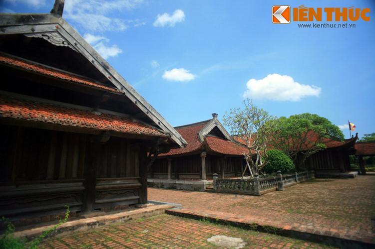Sau khu thờ Phật là khu đền Thánh thờ đức Dương Không Lộ - Vị đại sư thời nhà Lý có công dựng chùa.