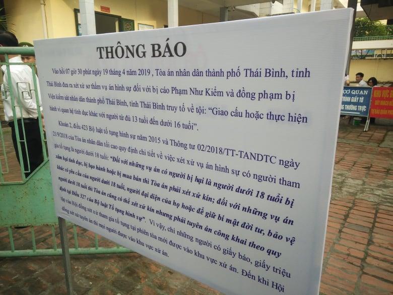 Bảng thông báo phiên tòa sẽ được xử kín được dựng trước cổng để mọi người được rõ.