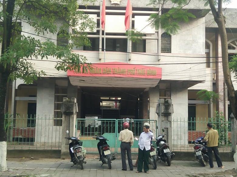 Nhiều người thân của bị hại, bị cáo đứng bên ngoài khu vực xét xử.