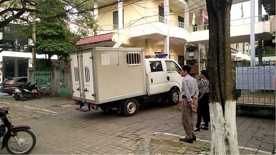 Xe chở các bị can đến phiên xét xử sơ thẩm sáng 19/4 (ảnh Minh Sơn).