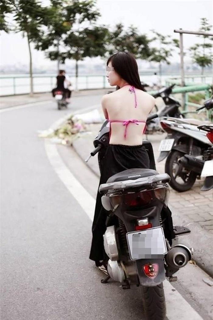 Áo yếm nội y của phụ nữ xưa được em mặc đi dạo phố hiện nay.