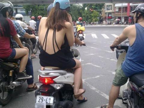 Cô gái để hở cả tấm lưng trần trên phố