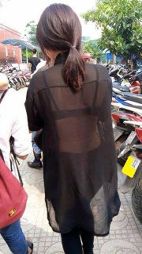 Bạn nữ diện áo xuyên thấu giữa trời nắng