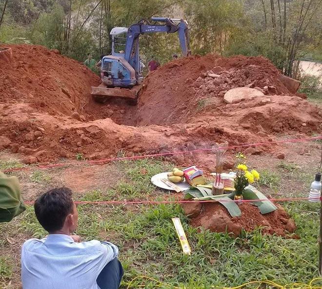 Cơ quan chức năng đào khu vực giếng hoang. Ảnh: facebook