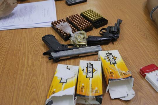 2 khẩu súng và 178 viên đạn được Mạnh vận chuyển trái phép từ nước ngoài về Việt Nam