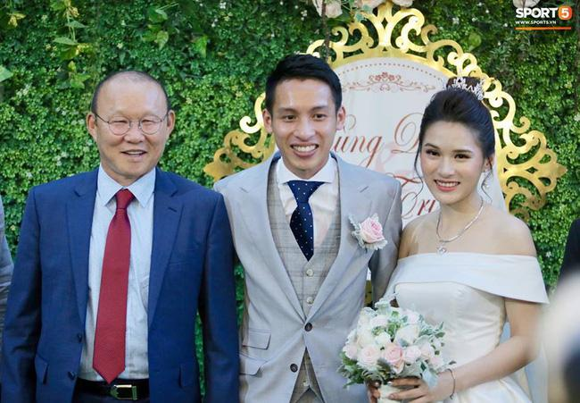 Cô dâu chú rể chụp ảnh cùng thầy Park.