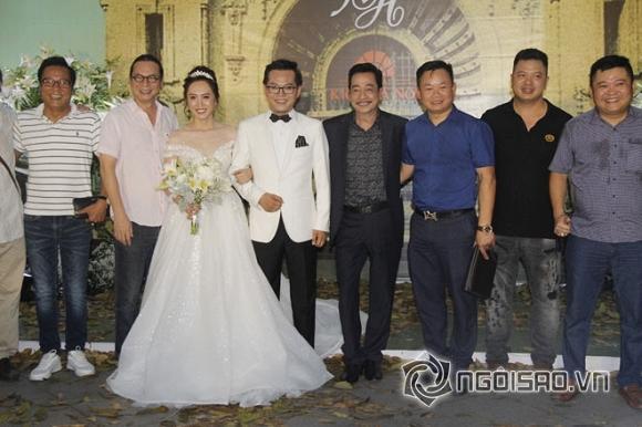 Đạo diễn Trần Lực (bên cạnh cô dâu), nghệ sĩ Hoàng Dũng (bên cạnh chú rể)