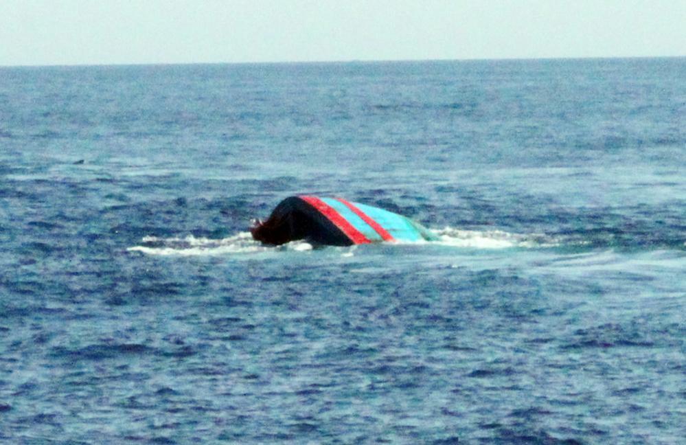Sau đó con tàu lớn màu đen đã chồm lên và cuốn cả chiếc tàu nhỏ lẫn cha con ông Nhàn nhấn chìm xuống biển. (Hình minh họa)