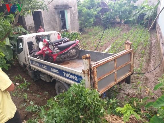 Chiếc xe của cảnh sát giao thông huyện Tiền Hải tại hiện trường.