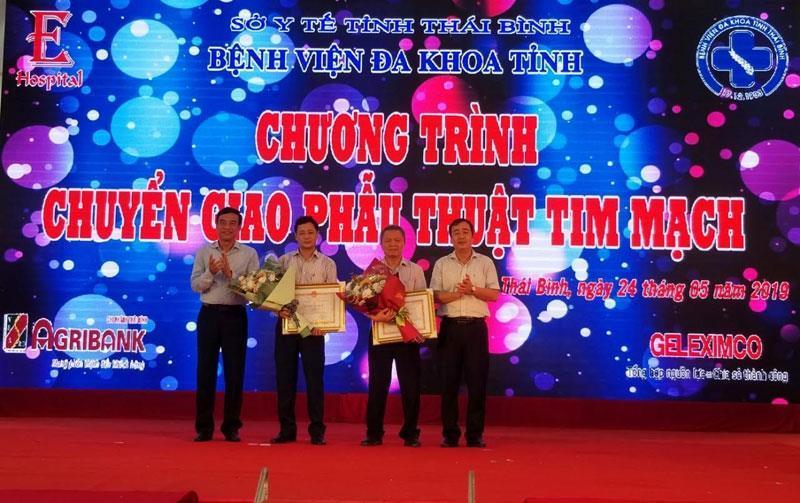 Lãnh đạo tỉnh tặng Bằng khen của Chủ tịch UBND tỉnh Thái Bình cho các cá nhân kíp mổ tim đầu tiên tại bệnh viện Đa khoa tỉnh Thái Bình.
