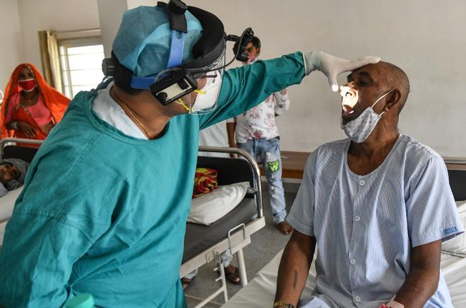 Bác sĩ khám cho một bệnh nhân mắc nấm đen ở Ấn Độ.