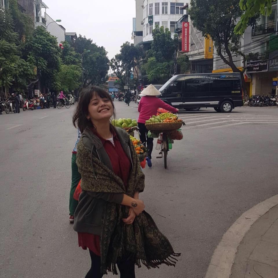 Nụ cười trong trẻo của cô gái người Pháp gốc Việt. Ảnh: FBNV.