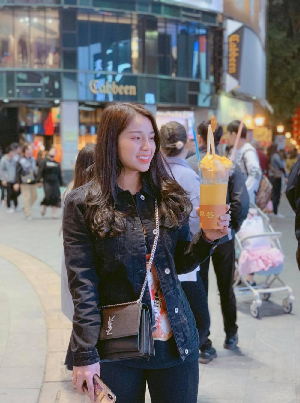 Khánh Linh trong chuyến du lịch Trung Quốc.