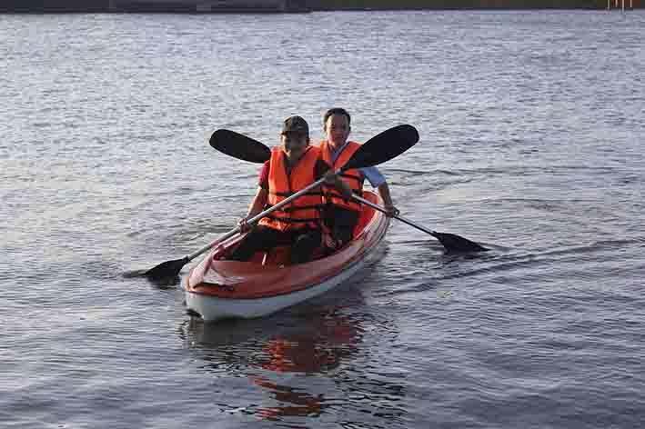 Du khách chèo thuyền Kayak tại Khu du lịch sinh thái Buôn Wing.