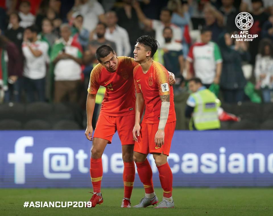 Tuyển thủ Trung Quốc suy sụp sau thất bại trước Iran. Hàng thủ Trung Quốc mắc nhiều sai lầm liên tiếp, biếu cho Iran những bàn thắng dễ dàng. Sau trận, người mắc 2 sai lầm đã bị trừng phạt.