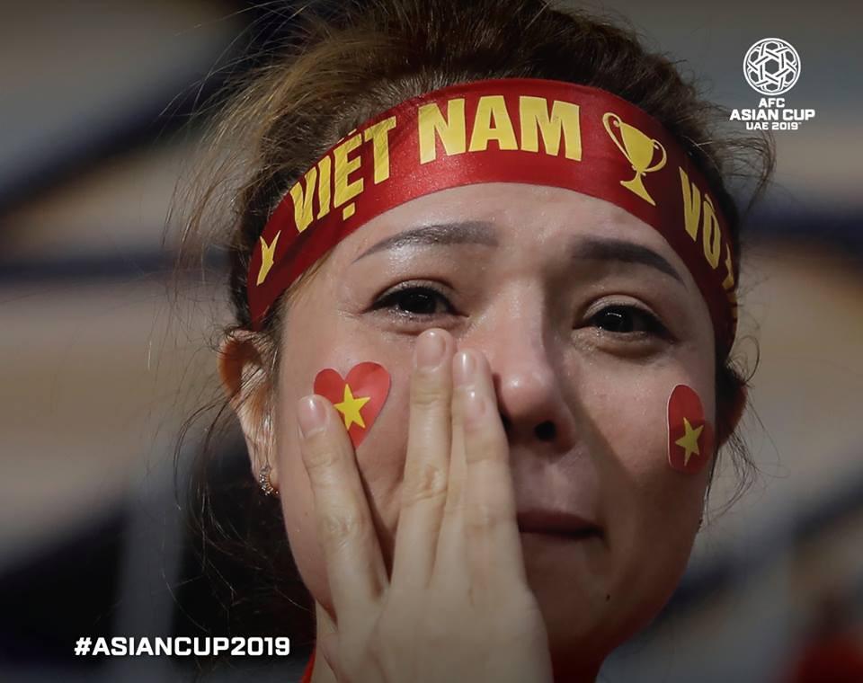 AFC chọn khoảnh khắc nữ CĐV Việt Nam lau nước mắt vào top 10 bức ảnh ấn tượng nhất vòng đấu.