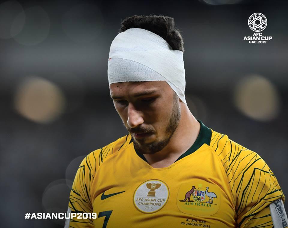 Matt Leckie băng đầu sau pha va chạm mạnh với đội trưởng UAE. Tuyển Australia đã chính thức trở thành cựu vô địch sau trận thua tuyển chủ nhà.